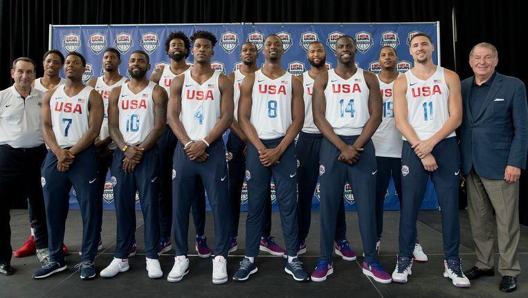 Jerry Colangelo, helemaal rechts, naast het Amerikaanse Olympische basketbalteam.