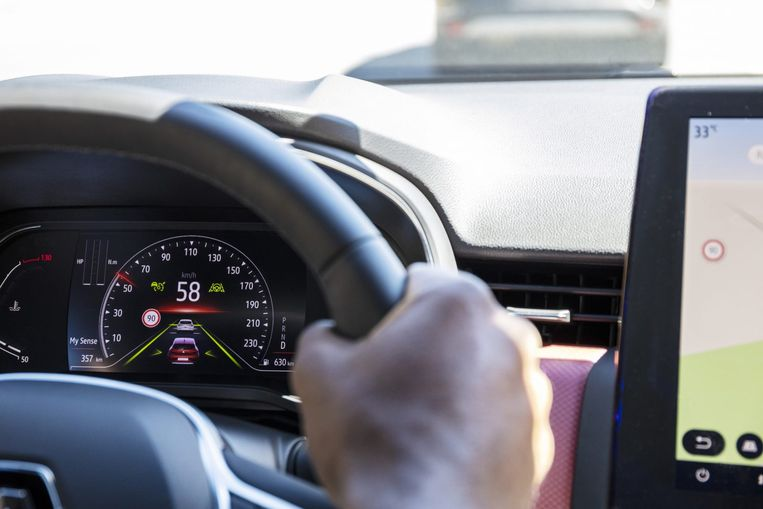 De klokkenboel in het dashboard is geheel digitaal, compleet met animaties waarin de strepen op de weg en de voorligger een rol spelen.  Beeld RV