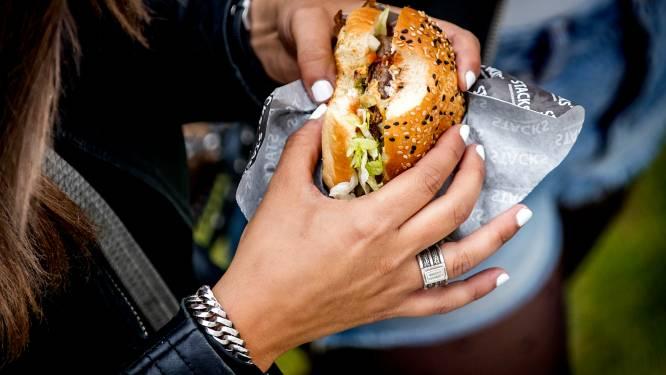 """Vijf studenten krijgen in totaal 1.250 euro coronaboete, omdat ze samen broodje eten: """"Geldklopperij, er los over"""""""