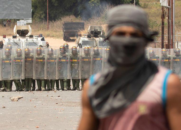 Venezolaanse militairen op de grens tussen Brazilië en Venezuela.