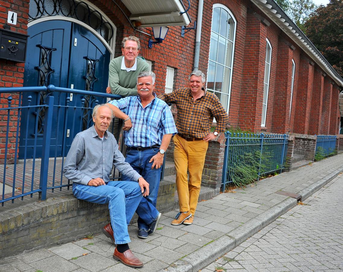 The Jerseys voor Dorpshuis Acht, de plek waar ze nu repeteren en vroeger vaak optraden. Vlnr: Peter de Graaf, Albert Rooijakkers, Timo Brouns en Ben Brekelmans.