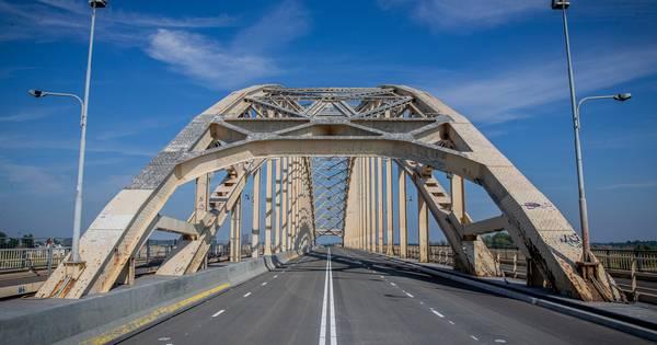 Waalbrug was tijdelijk dicht na ongeval: verkeer komt weer op gang.