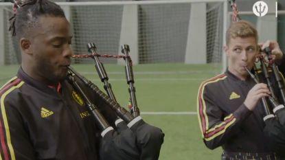 VIDEO. Zo bereiden Batshuayi en Hazard zich voor op Schotland: met doedelzak en kilt, maar zonder broek