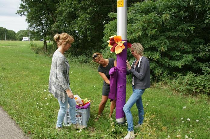 Inwoners van Alem versieren hun dorp