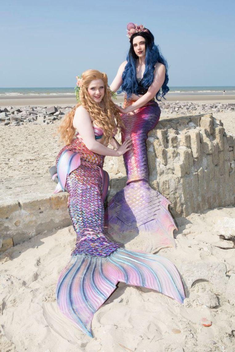 Naomi & Evi nemen voor het eerst deel aan een zeemeerminnenwedstrijd.