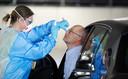 Vice-premier Hugo de Jonge roept iedereen op om zich al bij milde klachten op corona te laten testen. Dat kan bij de GGD in een drive-in teststraat, zoals op de foto.