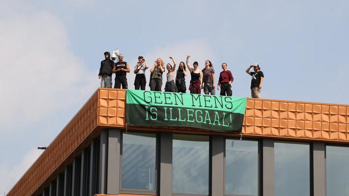 Zondag stonden de actievoerders op het dak van het complex.