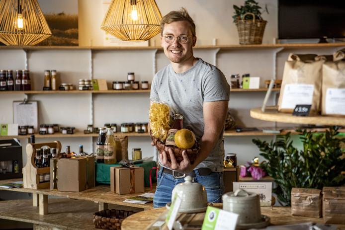 Koen Olde Hanter in zijn streekproductenwinkel in Oldenzaal.