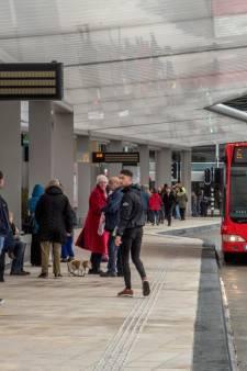 Nieuwe busstation van Tilburg open: verwarmde bankjes en 'slapende' verlichting. 'Supermooi'