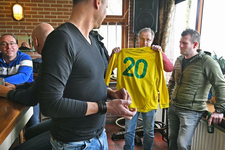 Oud-Spelers van Domstad Majella houden het shirt omhoog van Reduan B. Beeld Guus Dubbelman / de Volkskrant