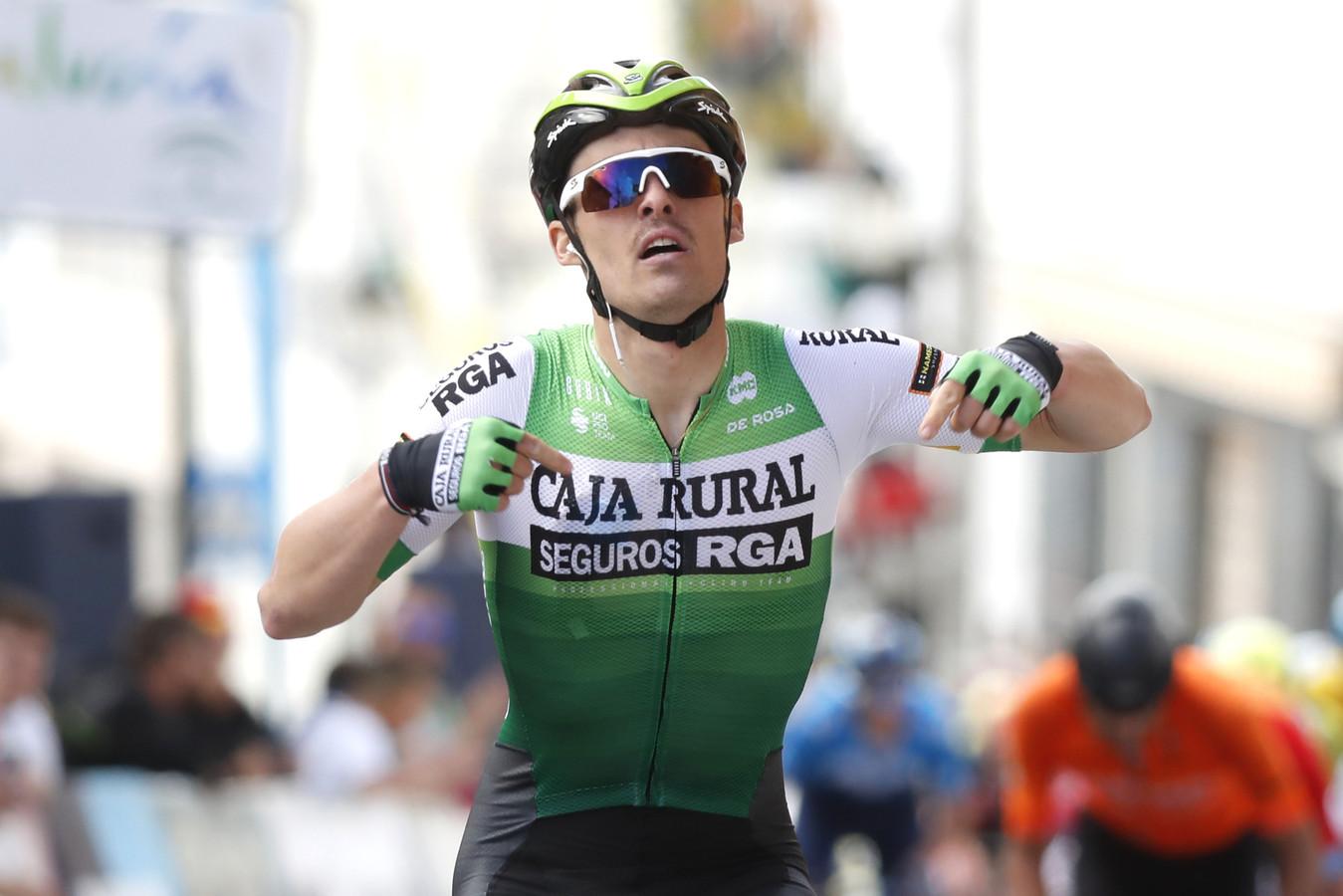 Gonzalo Serrano bleef het peloton voor.