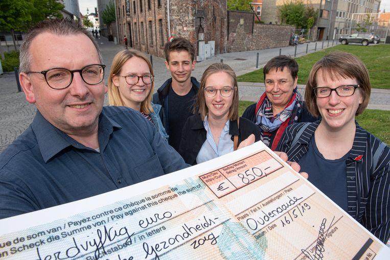 Wandelclubvoorzitter José Deschaumes overhandigde de cheque  aan Karen Godfrin van het Centrum Geestelijke Gezondheidszorg.