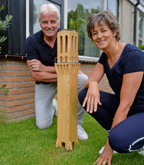 Replica van Hengelose stadhuistoren staat bij Bernadette in de tuin: 'Trots op onze stad'