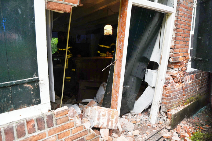 De schade aan de voorgevel na ongeluk in Udenhout