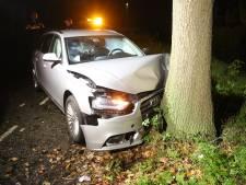 Man botst met auto tegen boom in Hoeven en raakt gewond