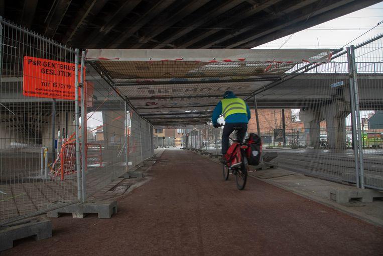 Fietsers en voetgangers die onder het viaduct willen, worden beschermd door een tunnel met zeilen