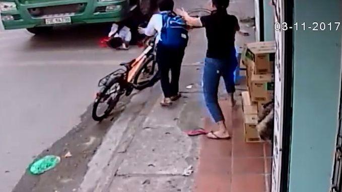 Vrachtwagen mist gevallen fietsertje op haar na