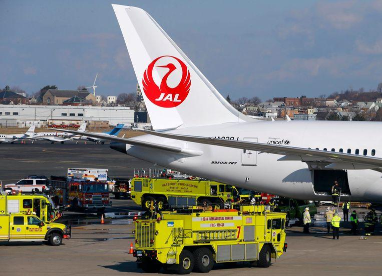Brandweerwagens maandag op Logan International Airport in Boston nadat aan boord van een Boeing 787 van Japan Airlines brand is uitgebroken. Beeld REUTERS