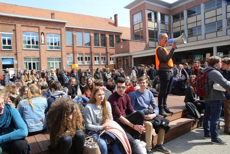 De meer dan 700 geëvacueerde leerlingen worden toegesproken op de speelplaats van de campus in de Peetersstraat.