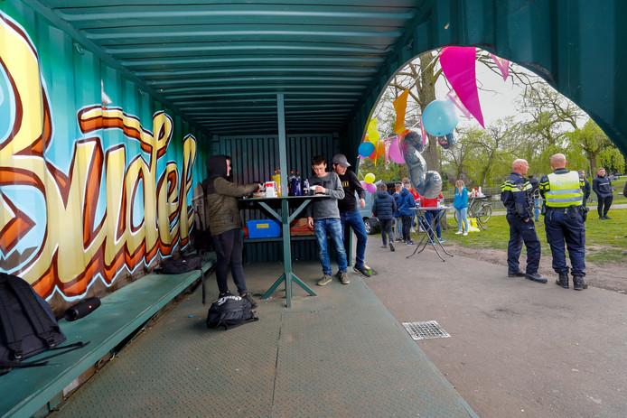 De feestelijke heropening van de ontmoetingsplek voor jongeren in het Boudriepark in Budel.