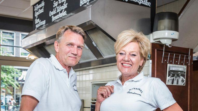Leo en Jolande Mak, eigenaren van Lunchroom Hannibal. 'Hij is toch een snackbarman. Ik ben van het fijnere werk. En ondertussen staat hij te entertainen' Beeld Dingena Mol