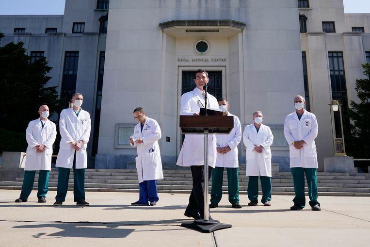 Sean Conley, de lijfarts van Donald Trump, en andere artsen van het team tijdens de persconferentie. Beeld AP