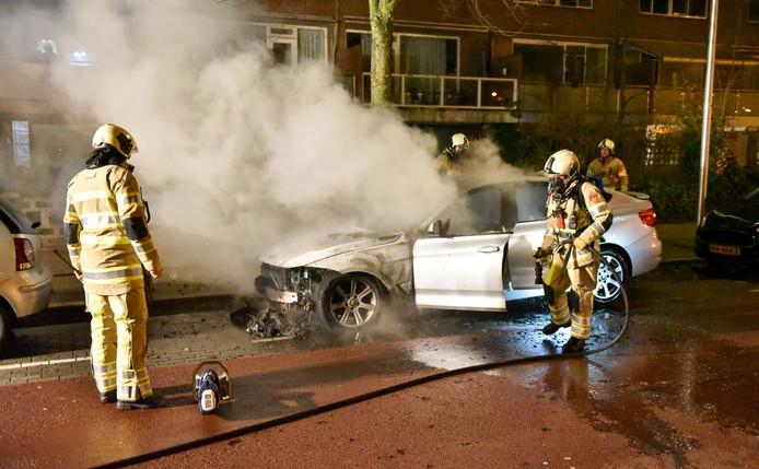 Een autobrand in de Utrechtse wijk Kanaleneiland.
