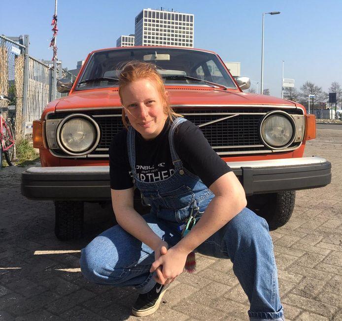 De Zuidlandse Debbie Meerkerk (25) heeft al meer dan 125 badstoffen hoedjes verkocht.
