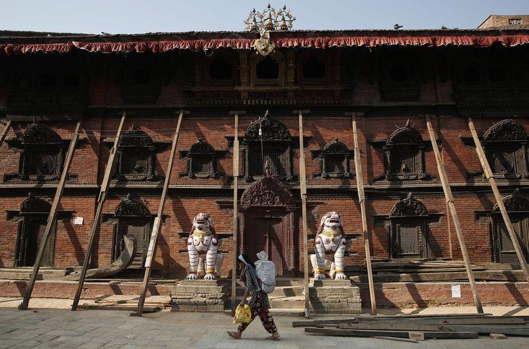 Het Kumari Paleis in Kathmandu wordt nog steeds ondersteund door houten palen. Beeld epa