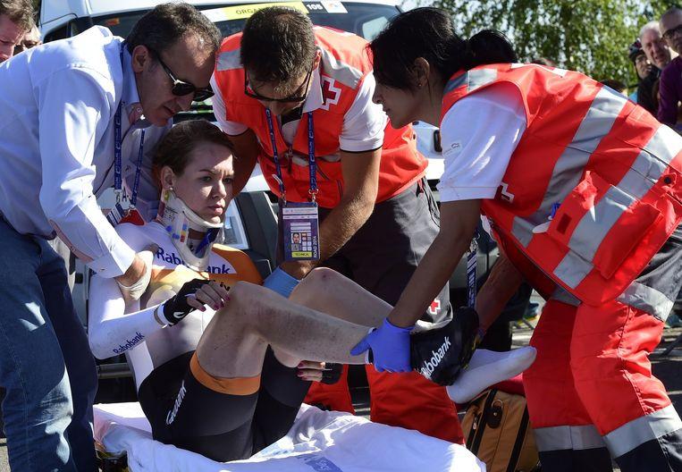 Ambulancepersoneel helpt Anna van der Breggen op een brancard, september 2014. Beeld anp