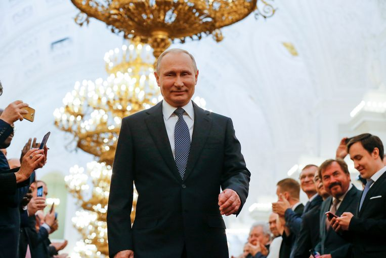 Vladimir Poetin in de ceremoniezaal van het Kremlin op weg om de eed af te leggen. Beeld AP
