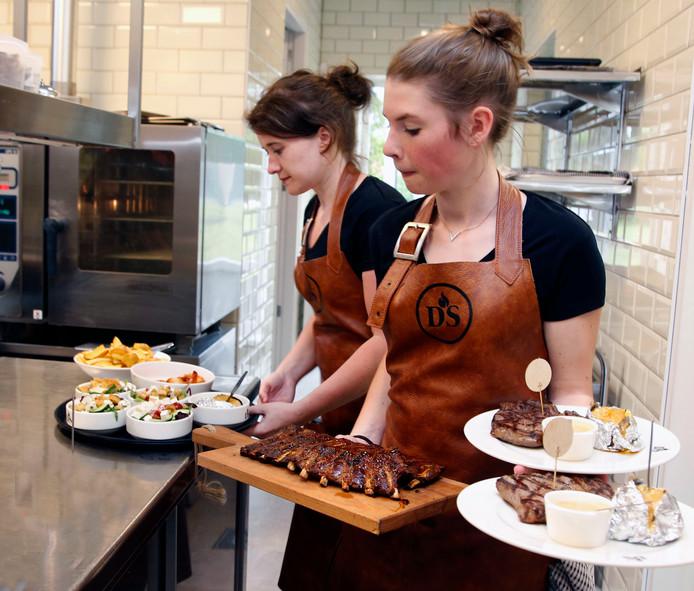 Sofie (links) en Renee nemen de gerechten in een keer mee.