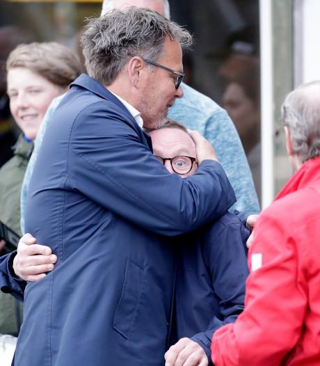 Henk de Jong lacht, groet, zwaait en siddert in Friesland