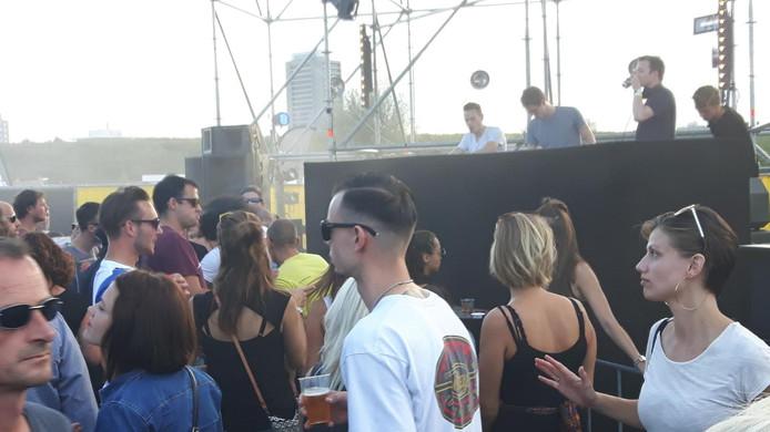 DJ Remco Beekwilder uit Den Bosch (links) zorgde dat de sfeer bij het Y-Podium erin kwam.
