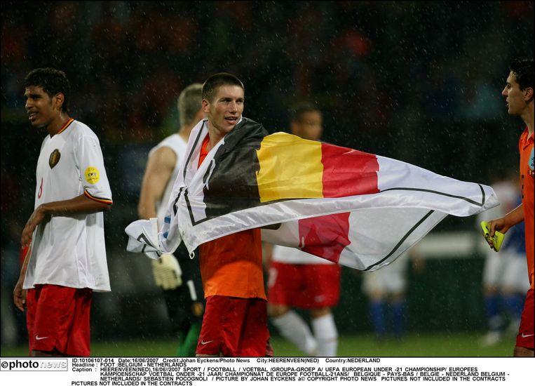 De Jonge Duivels plaatsen zich voor de halve finales op het EK voor beloften na een 2-2-gelijkspel tegen gastland Nederland. Daarmee verdienen ze ook een ticket voor de Olympische Spelen van 2008 in Peking. Sébastien Pocognoli zorgt voor de 2-2-gelijkmaker tegen Oranje.