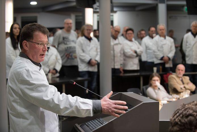 Kaasboer Theo Broekhuis spreekt de Tielse gemeenteraad toe over zijn zorgen over de toekomst van zijn zaak.