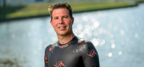 Twentse Teun vergezelt Maarten van der Weijden tijdens Elfstedenzwemtocht