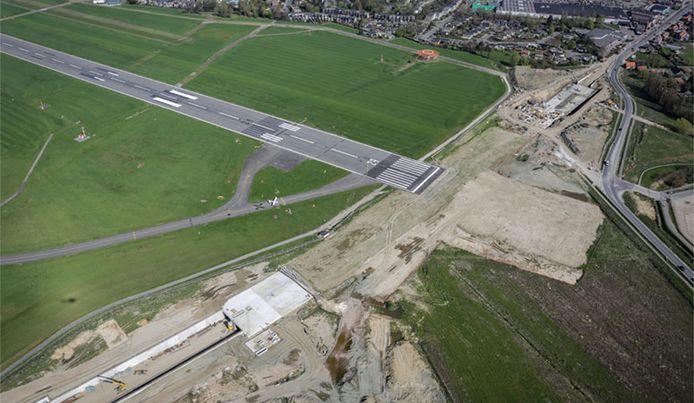 De luchthaven in Deurne heeft de startbaan illegaal verlengd en de bijhorende 'RESA' zonder vergunning aangelegd volgens de eisende partijen.