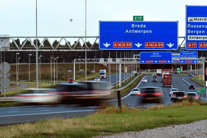 moerdijk - 20200901 - pix4profs/petervantrijen.herdrijden op snelweg a16 nabij moerdijkbrug
