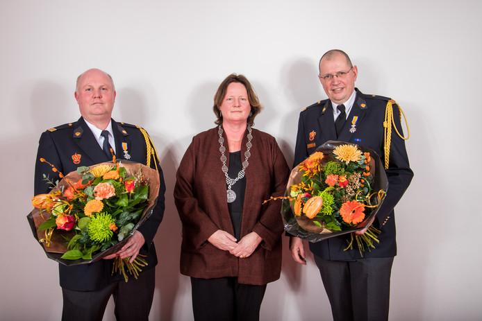 V.l.n.r: Winfred van Xanten, burgemeester Daphne Bergmans, Alex van Uden