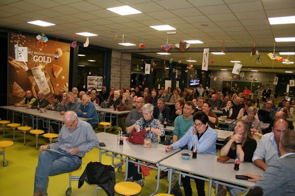 Een honderdtal buurtbewoners woonde de vergadering bij.