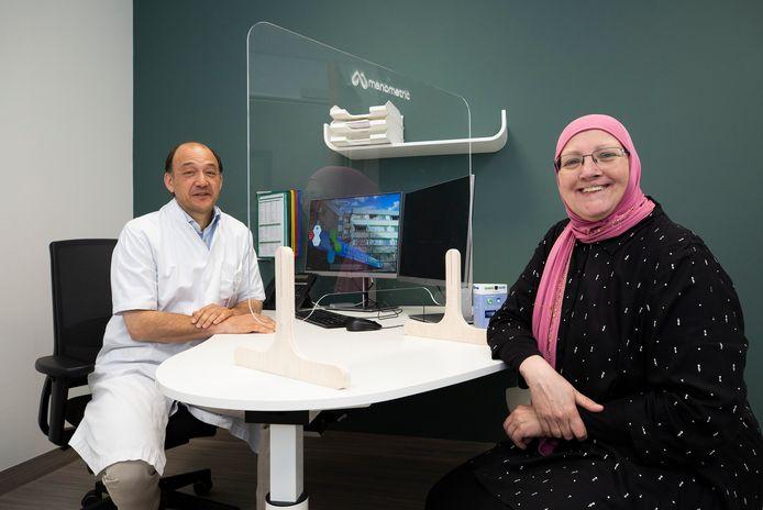 Orthopeed Max Hoelen is er klaar voor en eerste patiënt Diantha Brandse lacht breeduit.