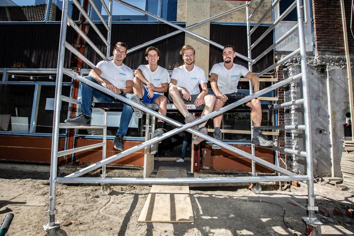 Jeffrey Vermeulen, Kenny van Dijk, Milo Hoek en Mike Damen de bouwsteiger voor hun huis.