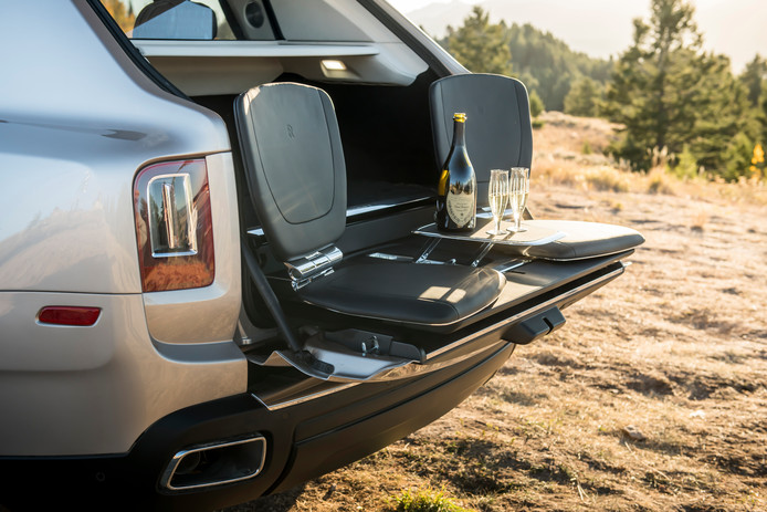 Een van de accessoires: twee stoeltjes om op het onderste deel van de tweeledige achterklep te kunnen picknicken