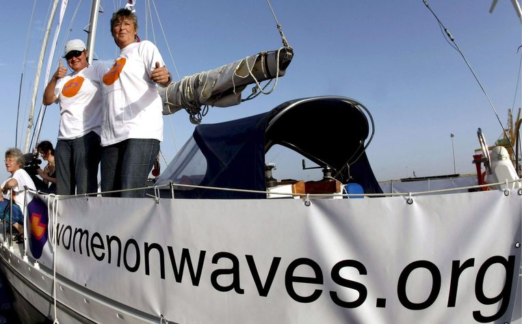 De abortusboot van de Nederlandse stichting Women on Waves is onderweg naar de haven van Smir in Marokko, 2008. Beeld null