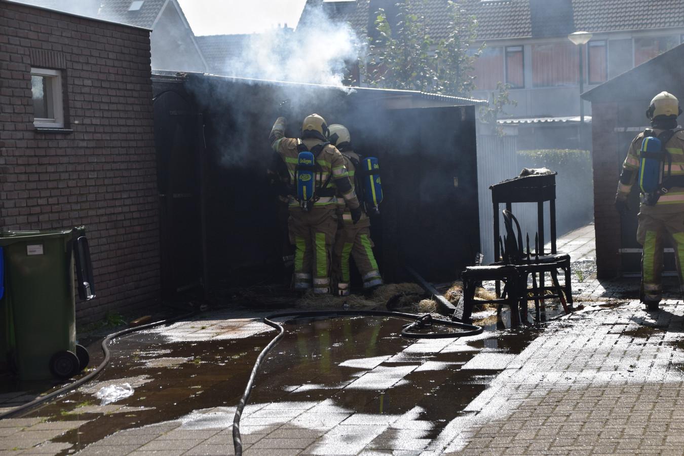 Een schuur naast een woonhuis in Renswoude stond in brand.