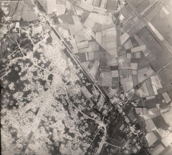 Een luchtopname van de Amerikanen van 19 september 1944 toont een tapijt van bomkraters op en rond het door de Duitsers gebruikte vliegveld Gilze-Rijen. Van hieruit werden steden in Engeland gebombardeerd.  Rijen ligt linksboven, Hulten rechtsonder.