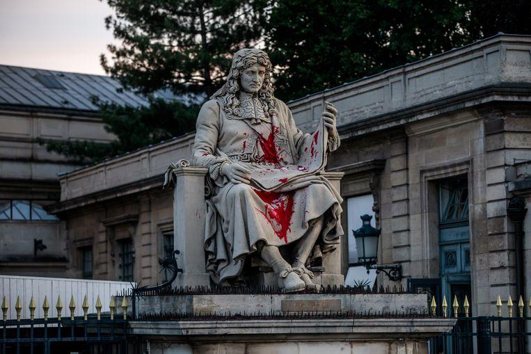Het besmeurde beeld van Jean-Baptiste Colbert voor het Franse parlement in Parijs. Beeld EPA