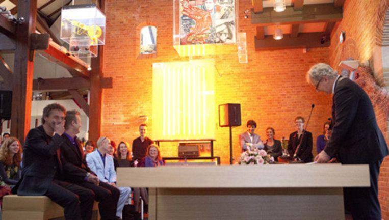 Jan van Breda en Thijs Timmermans worden in de echt verbonden door burgemeester Van der Laan. Foto Amaury Miller Beeld