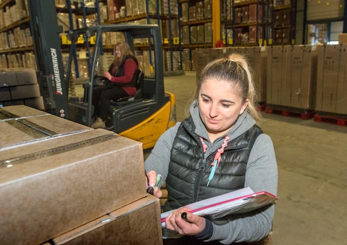 Een van de bedrijven waar veel arbeidsmigranten werken in Zeewolde is Bakker Logistiek, met dagelijks tussen 400 en 500 werknemers uit Oost Europa. Milena Kowalczyk (op heftruck) en Kasia Nowak uit Polen controleren de pallets.